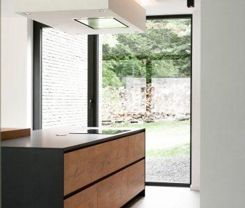 Eclairage dans la cuisine d'une maison contemporaine à Beaufays