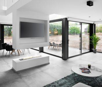 Feu ouvert dans le living d'une maison contemporaine