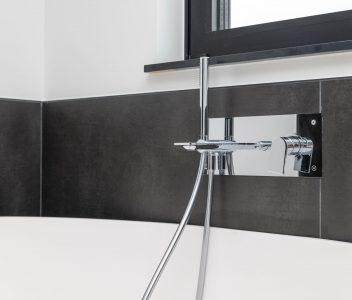 Robinet contemporain dans une salle de bains
