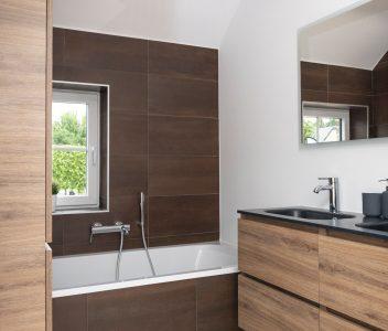 Salle de bain d'une maison contemporaine à Beaufays