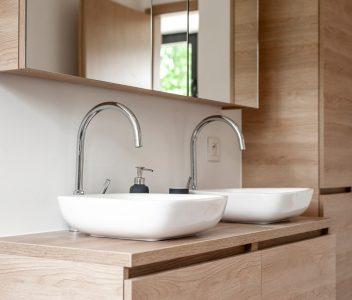 Robinets de lavabos dans la salle de bains d'une maison contemporaine à Beaufays