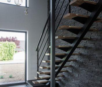 Escalier intérieur d'une maison contemporaine à Omal