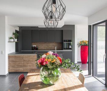 Cuisine design d'une maison contemporaine à Omal