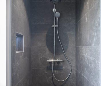 Douche Grohe dans une maison contemporaine à Omal