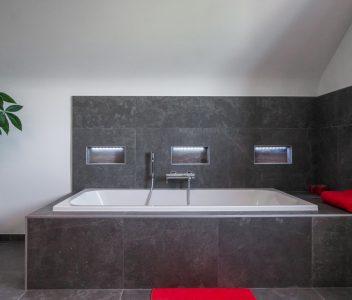 Baignoire dans une maison contemporaine à Omal