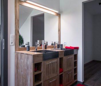Meuble de salle de bains dans une maison contemporaine à Omal