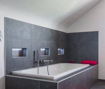 Baignoire design dans une maison contemporaine à Omal
