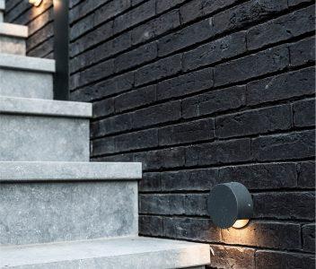 Escalier à l'extérieur d'une maison contemporaine à Crisnée