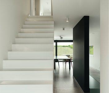 Escalier dans une maison contemporaine à Crisnée