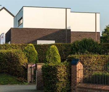 Façade d'une maison contemporaine à Crisnée