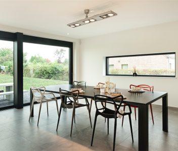 Salle à manger dans une maison contemporaine