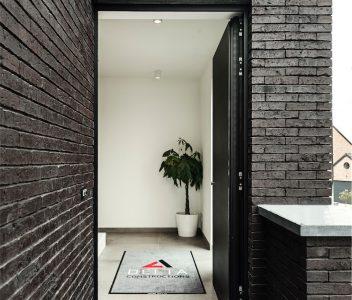 Porte d'entrée d'une maison contemporaine à Crisnée