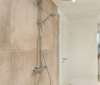 Salle de bains dans une maison contemporaine à Crisnée